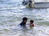 子供と海で